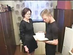 Рыжая зрелая преподавательница в русском домашнем видео ласкается со студентом