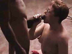 Белая домохозяйка с рыжими волосами в горячем видео принимает в зрелые щели чёрный член