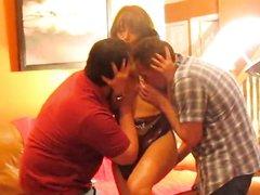 Зрелая развратница обожает домашний секс втроём и римминг от поклонников