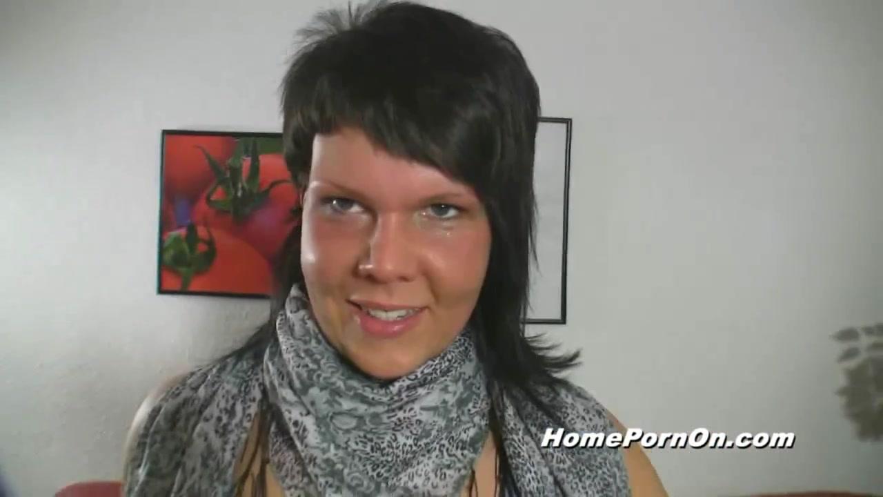 В любительском немецком видео позитивная брюнетка строчит минет от первого лица