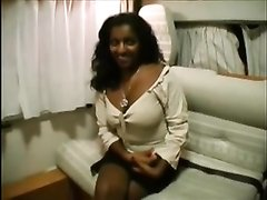 Смуглая индианка желая домашнего секса показывает киску парню с большим членом