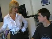 Фигуристая зрелая блондинка в домашнем немецком видео развлекается со студентом