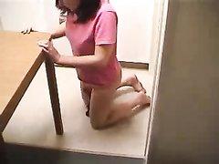 Зрелая женщина в любительском видео анальной мастурбацией расширяет дырку