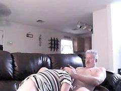 Фигуристая зрелая женщина в домашнем видео сосёт член и сидит на лице мужика
