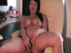 Зрелая брюнетка в немецком видео дрочит вибратором липкую киску до оргазма