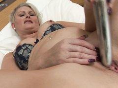 Британская зрелая блондинка довольна любительской мастурбацией с секс игрушкой