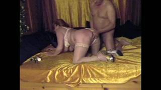 Зрелая дамочка в чулочках шалит с секс игрушкой перед домашним минетом