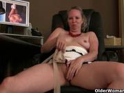 Зрелая широкобёдрая дама достала секс игрушку для любительской мастурбации