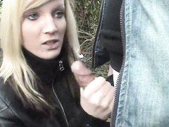Блондинка покатавшись на велосипеде в видео от первого лица делает любительский минет