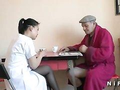 Молодая азиатка в чулках и зрелый француз пробуют фейсситтинг и домашний секс