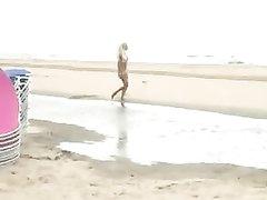 Красивая аппетитная блондинка на пляже нашла партнёра для любительского секса