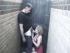 Худая зрелая леди в домашнем видео трахается на заднем дворике с соседом