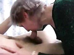 Русская зрелая женщина в чулках жаждет любительского секса со студентом