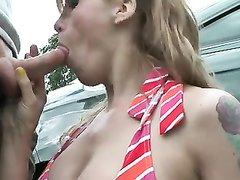 Зрелая блондинка с тату бесплатно делает любительский минет водителю на улице