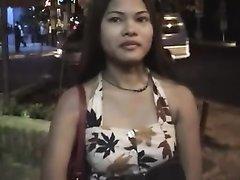 Молодая негритянка с бритой киской в любительском видео сделав минет трахается