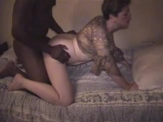 Зрелая немка выбрала негра с большим чёрным членом для домашнего секса