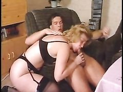 Зрелая блондинка в чулках в домашнем видео сосёт и трахается с молодым хахалем