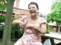 Зрелая парижанка в любительском видео дрочит клитор пальчиками на улице