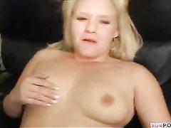 Толстая блондинка со сладкой фигурой дарит приятелю любительский секс с минетом