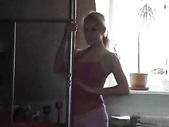 Молодая и стройная домохозяйка онлайн раздевается перед вебкамерой на кухне