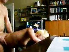 Молодой парень в любительском видео нагнул зрелую блондинку и вставил
