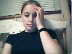 В любительском видео молодая девушка снимает нижнее бельё перед вебкамерой