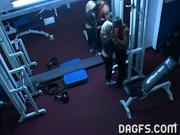 Блондинка в любительском видео делает минет тренеру перед скрытой камерой