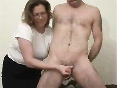 Подглядывание в жарком видео за любительской мастурбацией молодого члена зрелой дамой
