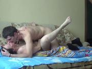 Русская зрелая домохозяйка наслаждается сексом на диване со студентом