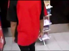 Негритянка в видео от первого лица делает домашний минет белому парню в магазине
