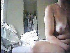 Женщина с маленькими сиськами купила секс игрушку для домашней мастурбации