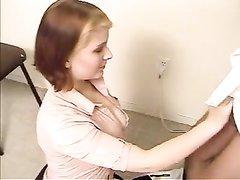 На собеседовании девушка бесплатно делает любительскую глубокую глотку
