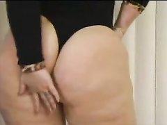 Зрелая толстуха в домашнем анальном видео трахается в большую попу с двумя парнями
