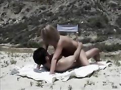 Парочка на пляже наслаждается оральным сексом в 69 позе с куни и минетом