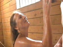 Грудастая зрелая кокетка в домашнем видео после минета страстно трахается в киску