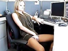 Стройная бизнес леди в офисе дрочит мокрую киску перед любительским сексом