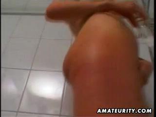 Зрелая блондинка в колготках в домашнем видео в ванной оголяет бритую киску