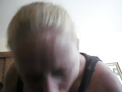 Зрелая блондинка в любительском видео от первого лица умело строчит минет