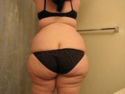 Рыжая толстуха в домашнем видео на вебкамеру раздевается до нижнего белья