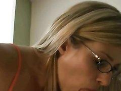 Фигурная зрелая блондинка в очках обожает домашний секс с жёстким минетом