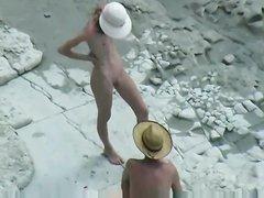 На пляже скрытая камера снимает сверху любительский секс молодой парочки
