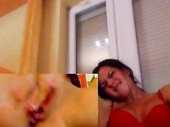 Красивая домохозяйка в домашнем видео дрочит пальчиками мокрую киску