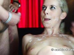 Худая немецкая блондинка в любительском групповом видео подставила сиськи для спермы