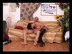Итальянская брюнетка в чулках в домашнем видео страстно трахается на диване