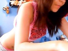 Молодая красотка на любительскую вебкамеру онлайн показывает попу и киску