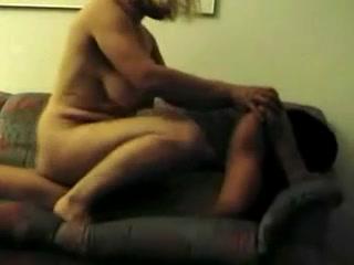 Пышная зрелая блондинка для домашнего секса посетила молодого поклонника