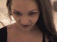 Красивая женщина в домашнем видео от первого лица умело берёт за щёку член