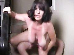 Загорелая зрелая брюнетка с большими сиськами для любительского секса