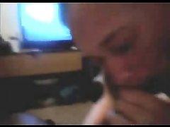 Белая развратница в любительском видео жадно обслуживает чёрный член
