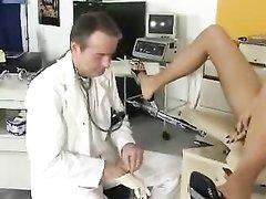 Зрелый доктор снял на видео любительскую мастурбацию бритой киски блондинки